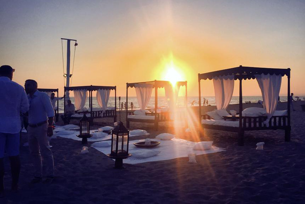 Matrimonio Sulla Spiaggia Al Tramonto : Matrimonio romantico sulla spiaggia singita miracle beach